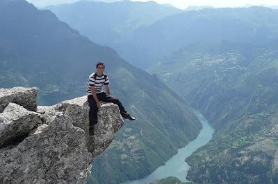 Il turista coraggioso sale sul precipizio - Lago di Fierzë-Koman (Albania)