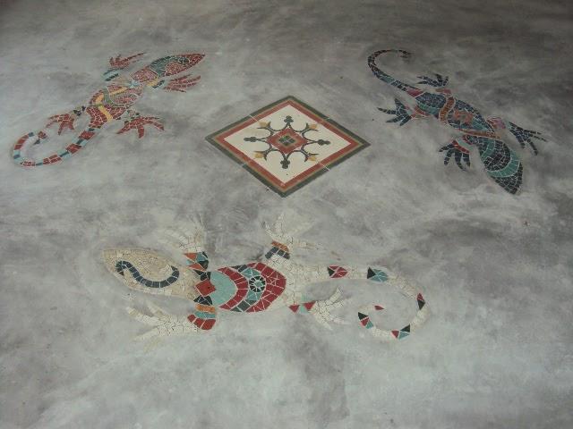 Arte mosaicos mosaico em piso de cimento queimado - Pintura para mosaicos piso ...