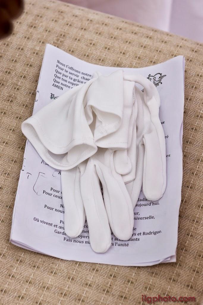détail des gants du marié posés sur une chaise