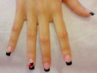Decoración de uñas bella con corazones
