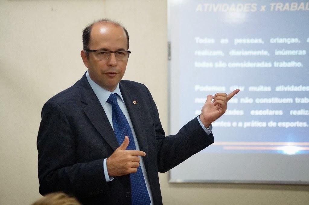 O procurador do trabalho, Francisco Carlos Araújo, capacita técnicos municipais