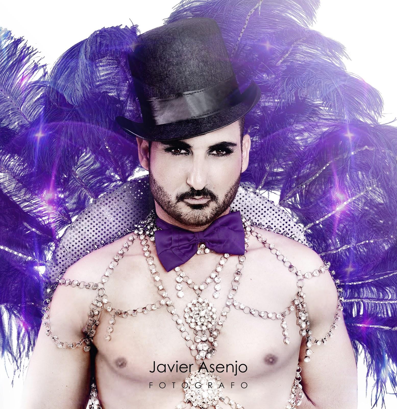 DracQueen con barba masculino, sombrero de copa, corset de cadenas, plumas rosas