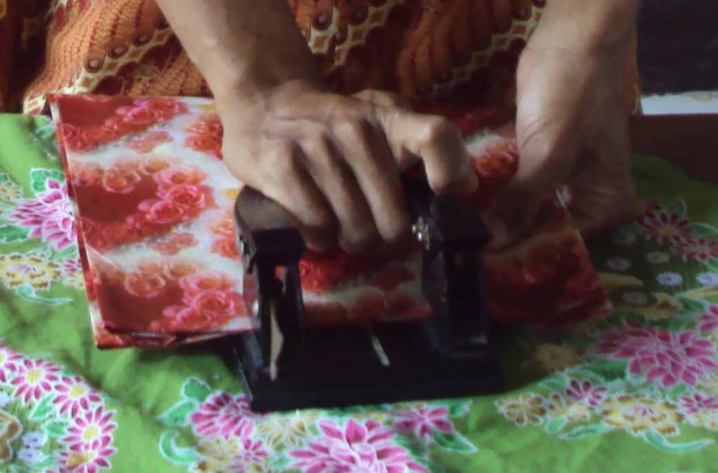 ditempeli kertas karton dilubangi menggunakan alat pelubang kertas