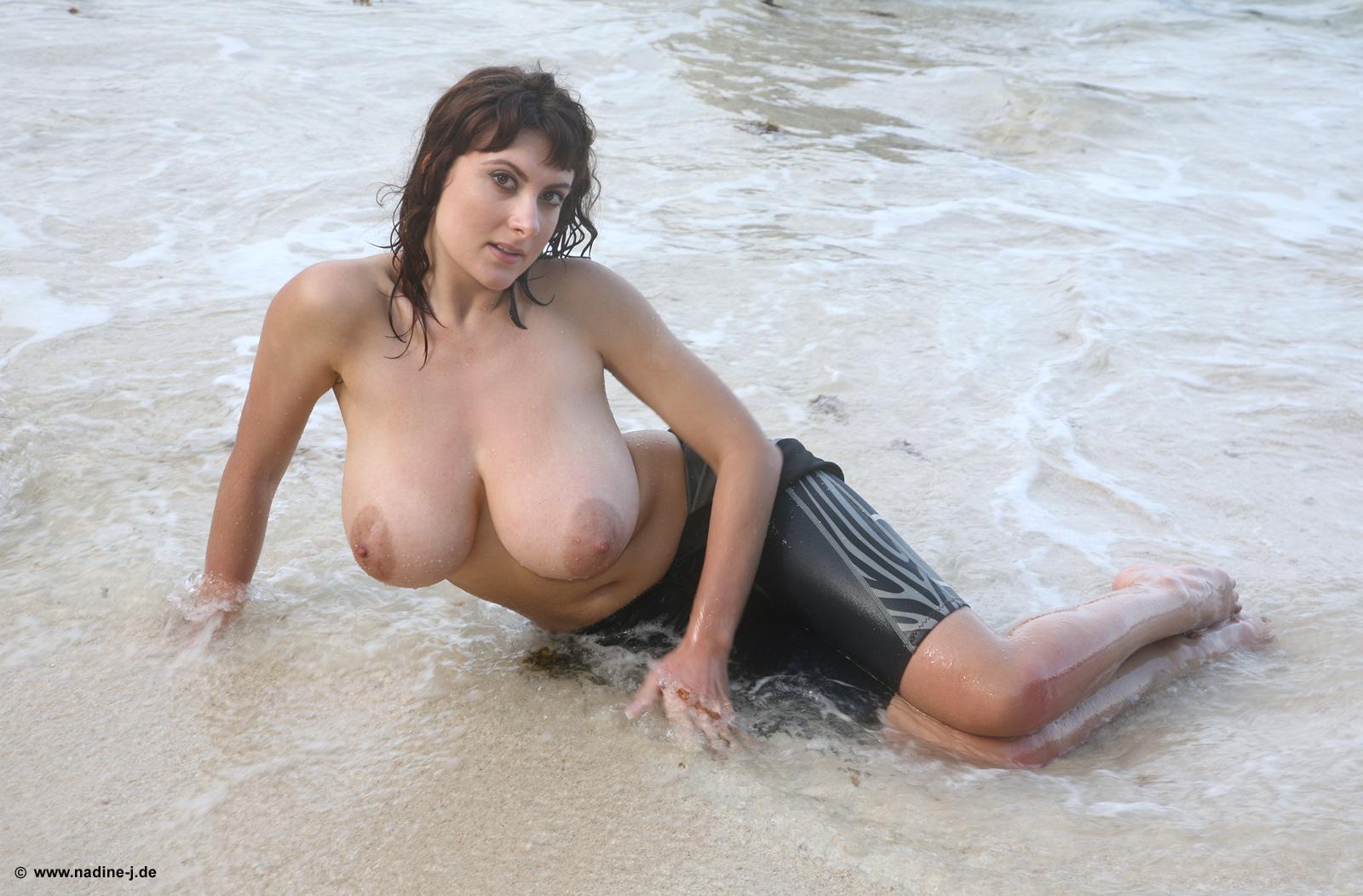 Фото на пляже большая грудь, Голые девушки с большой грудью на пляже 2 фотография