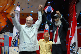 En medio de un alegre y bullicioso acto que sobrepaso la capacidad del  Palacio de los  Deportes, Hipólito Mejía, recibe  apoyo  de Juan Hubieres  y el Movimiento Rebelde.