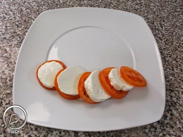 Tomate e queijo fresco em fatias - Salada caprese com queijo fresco - Ideia do Dia 1