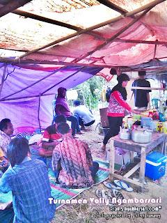 Para Penjaja Makanan disekitar Turnamen Volly Ngambarsari