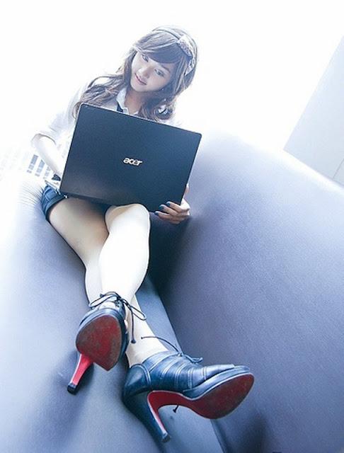 idegue-network.blogspot.com - Sekretaris Kantor yang Muda dan Cantik Bikin Ngiler