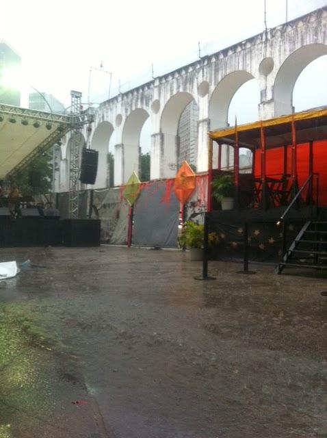 Parada da Lapa: chuva caindo, chão inundado, baile cancelado...