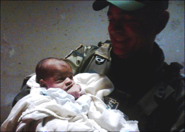 Bebê abandonado é amparado por guardas municipais de Natal