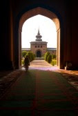 EL PATIO 15486177-srinagar-india--11-de-julio-de-2009-un-hombre-no-identificado-que-camina-a-traves-de-una-puerta-que-