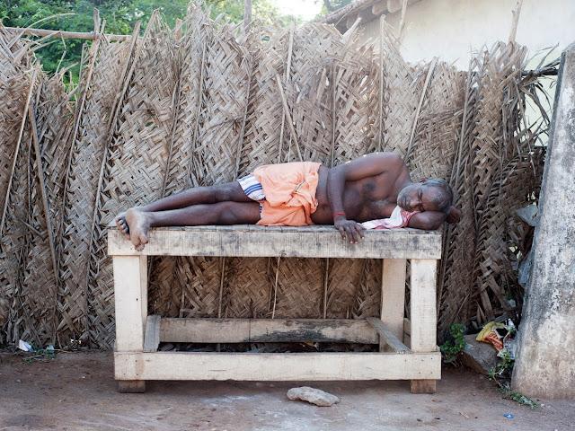 спящий бедный индус