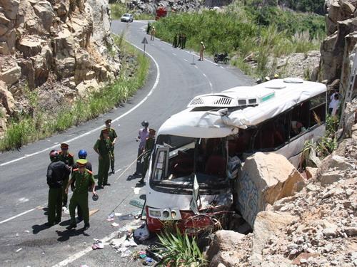 Nha Trang : Xe khách đâm vào vách núi, nhiều người thương vong