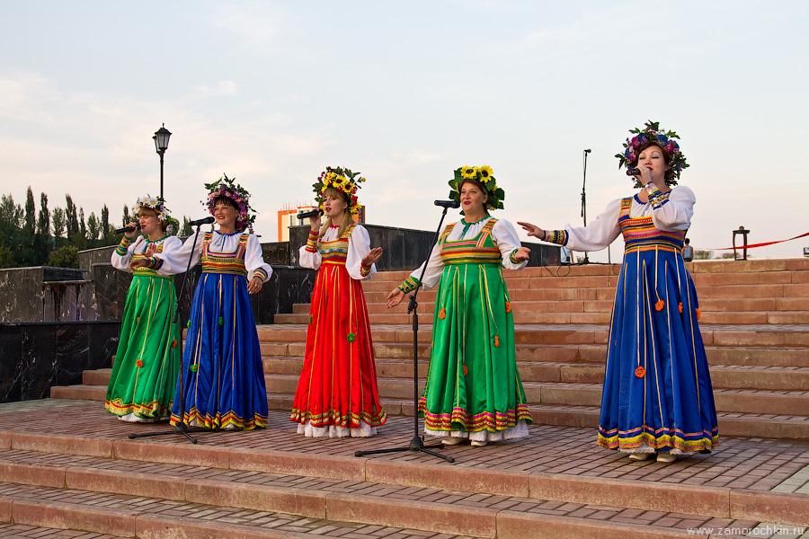Выступление творческих коллективов на открытии фонтана Навеки с Россией