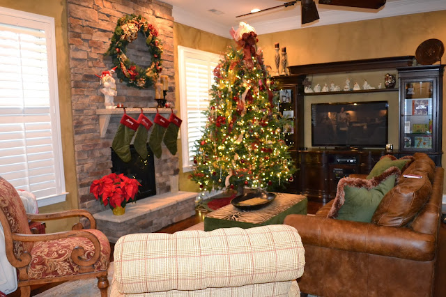 stone-fireplace-christmas-wreath