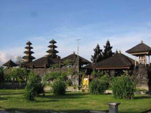 klungkung muslim Muslims have never succeeded in invading bali, though bali has attacked and occupied both eastern java and lombok in the 14th century, javanese mercenaries to a balinese king were given land in gelgel, near klungkung.