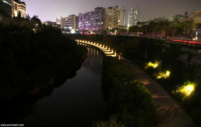 Fotografía nocturna del arroyo Cheonggyecheon de Seúl