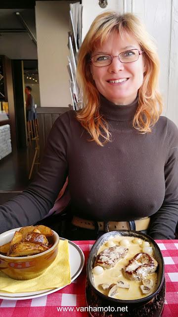 Kaunis ja sexy kuva Viivistä lounastauolla moottoripyöräretkellä