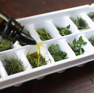 Cubitos de aceite con hierbas frescas en Recicla Inventa