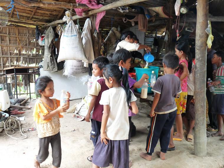 Distribution de lait après le repas.