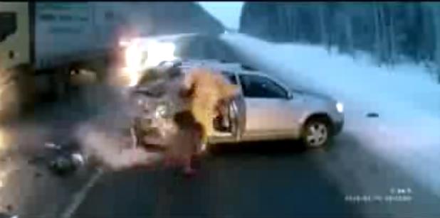 Bebé escapa duas vezes à morte em acidente