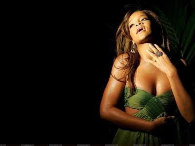 rihanna_hot_wallpaper_in_green_sweetangelonly.com