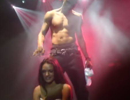 Trey songz gets freaky on stage with 2 girls 6