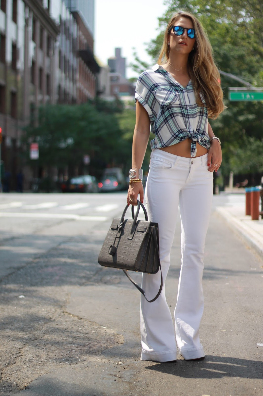 dressed for dreams in flare jeans trend, how to wear flares