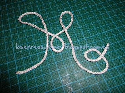 Cordón de hilo de ganchillo tejido con los dedos