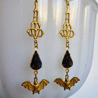 https://www.etsy.com/fr/listing/165091139/brass-bat-and-black-teardrop-earrings?ref=shop_home_feat