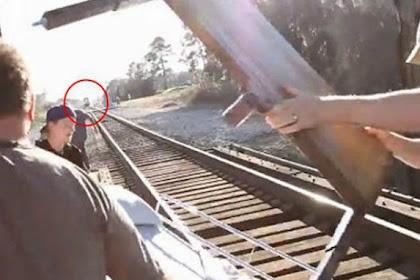 Detik-detik Mengerikan Kru Kamera Dihantam Kereta Api