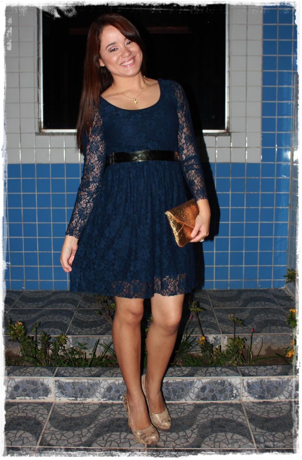 Vestido de renda azul com cinto dourado