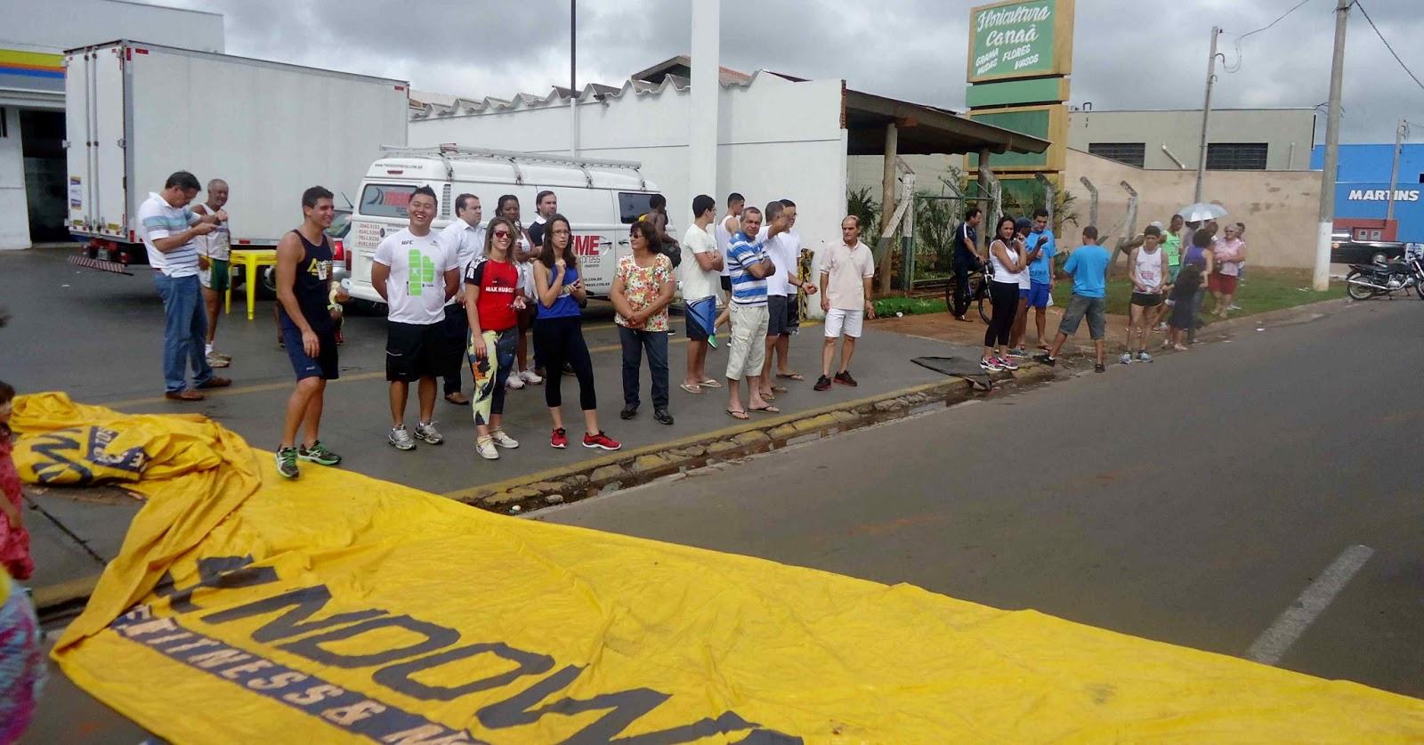 Foto 156 da 1ª Corrida Av. dos Coqueiros em Barretos-SP 14/04/2013 – Atletas cruzando a linha de chegada