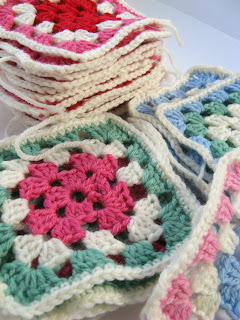 A tutorial for easy, modern and colourful granny squares that can be joined together to create an heirloom blanket. From Sarita Creative.