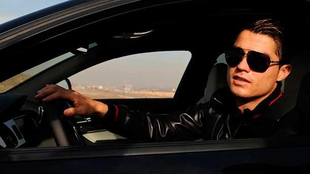 """Un aficionado casi se """"cuela"""" en el coche de Cristiano"""
