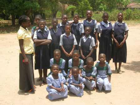 La nuova insegnante Terezina con alcune allieve che indossano la nuova divisa. Le divise più chiare sono quelle per la scuola materna.