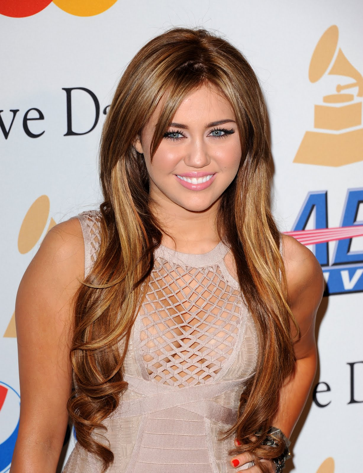 http://3.bp.blogspot.com/-8r7C4-AzEuI/TbgyeY4t1TI/AAAAAAAAAnU/uM9rx17bx4k/s1600/Miley-Cyrus_COM_CliveDavisGrammyParty_12Feb2011_008.jpg