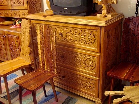 Faragással díszített székek, kaszten, szekrény