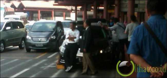 Tongkrongin mobil mewah di Bandara Soekarno-Hatta