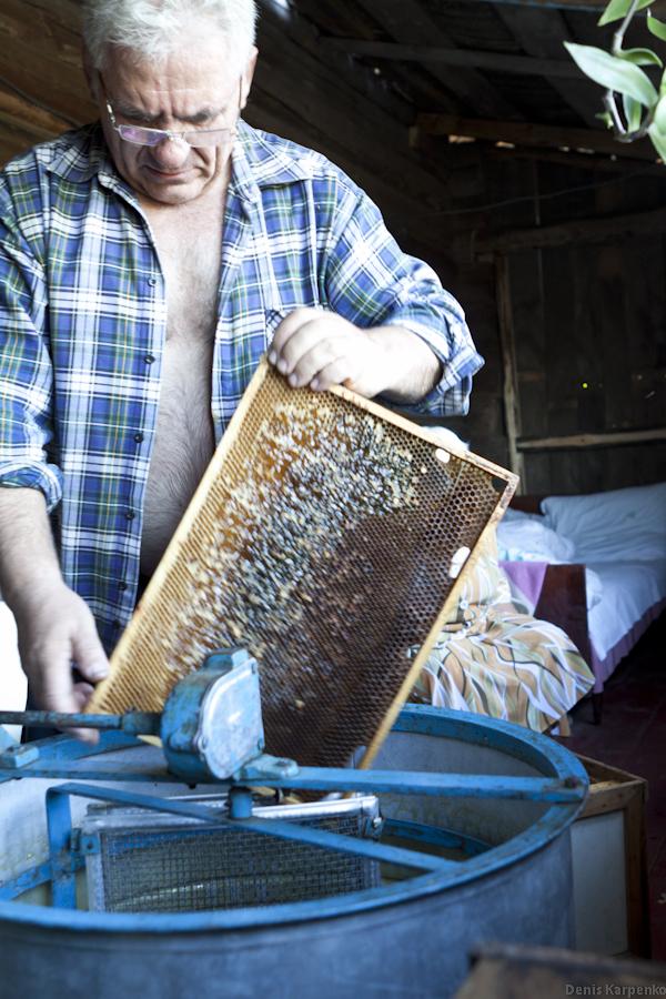 Запечатанные пчёлами соты с мёдом сначала распечатывают, потом вставляют в кассеты медогонки  и вращают. Под действием центробежной силы мёд вытекает из ячеек сот и и под действием силы тяжести стекает по стенкам медогонки в бак.