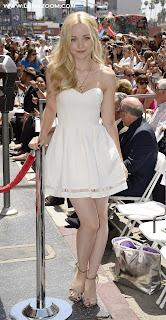 الممثلة الأمريكية الشقراء دوف كاميرون على ممشى المشاهير في هوليوود بثوب أبيض كالفراشة