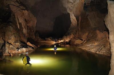 Quang Binh khai thác tour du lịch xuyên hang Tối