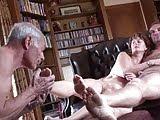Муж лижет ноги ебарья своей жены и дрочит