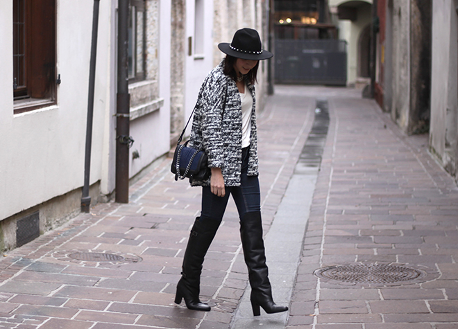 outfit-trend-fashionblogger-herbstoutfit-winteroutfit-hm-overknee-boots-cardigan-hmtrend-basic-shirt-tasche-kette-dunkelblau