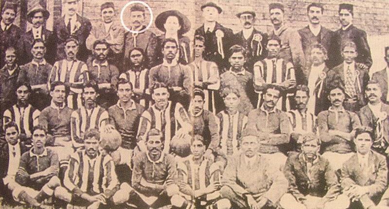दक्षिण अफ्रीका में अश्वेत फुटबॉल खिलाड़ियों के साथ गांधी