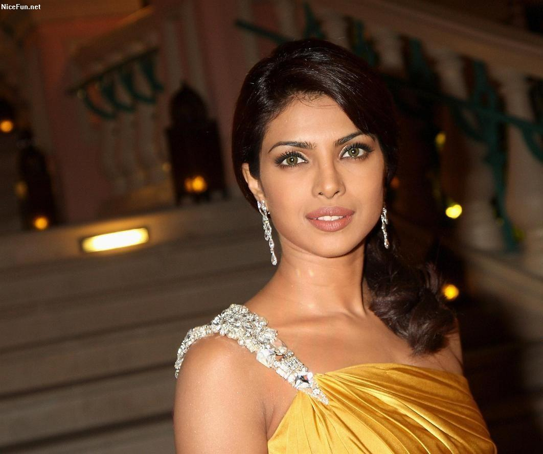 Priyanka Chopra Hot & Beautiful Photos And Wiki