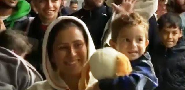 Reciben con aplausos y bienvenidos a refugiados sirios en Alemania