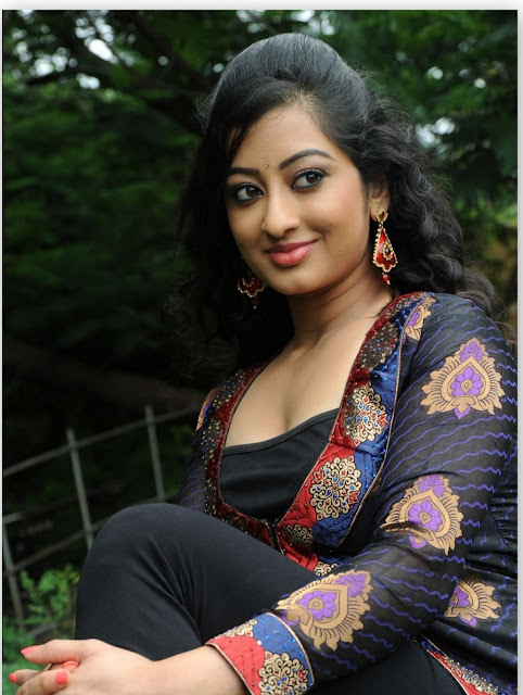Actress Thanishka Navel photos