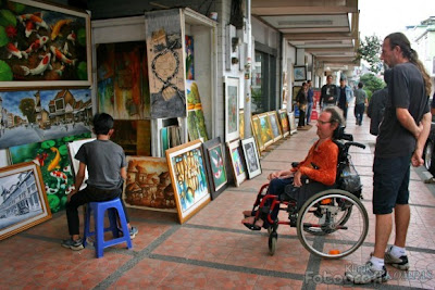 Turis Mancanegara sedang dilukis oleh seniman Braga