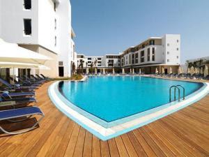 embarazada hotel niña piscina